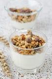Yoghurt en granola met chocoladedalingen in een closeu van de glasbeker Stock Foto's