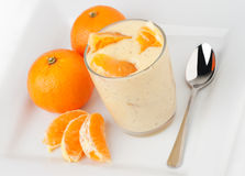 Yoghurt en sinaasappelen royalty-vrije stock afbeelding