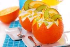 Yoghurt en vruchten dessert in sinaasappel Royalty-vrije Stock Afbeelding