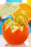 Yoghurt en vruchten dessert in sinaasappel Stock Foto