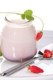 Yoghurt en wilde aardbeien stock fotografie