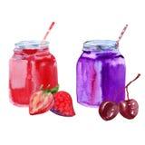 Yoghurt från körsbäret och jordgubben i en krus med ett sugrör bakgrund isolerad white Arkivbild