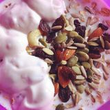 Yoghurt & Gemengde Noten stock foto
