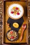 Yoghurt, granola en vruchten ontbijt op een dienblad Hoogste mening Stock Foto's