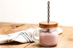 Yoghurt i en krus Arkivbilder