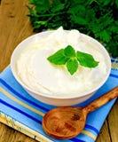Yoghurt i en vit bunke med mintkaramellen Royaltyfri Bild