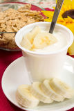 Yoghurt med bananen arkivbild