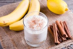 Yoghurt med bananen och kanel i exponeringsglas arkivbilder