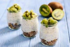 Yoghurt med chiafrö, mysli och kiwi royaltyfri bild