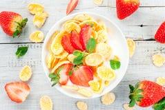 Yoghurt med cornflakes och jordgubbar Fotografering för Bildbyråer