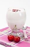 Yoghurt med det söta Cherryet royaltyfria foton