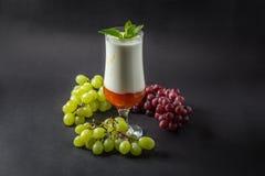 Yoghurt med driftstopp, druvan och mintkaramellen arkivbilder