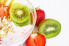 Yoghurt med exotiska frukter på en vit bakgrund i studion royaltyfria foton
