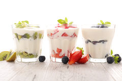 Yoghurt med frukt fotografering för bildbyråer