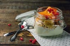 Yoghurt med frukt i en krus royaltyfria bilder