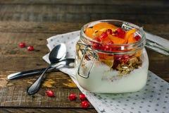 Yoghurt med frukt i en krus royaltyfri foto