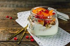 Yoghurt med frukt i en krus royaltyfri fotografi