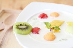 Yoghurt med frukt royaltyfri foto