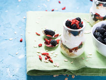 Yoghurt med gojibär Arkivfoto