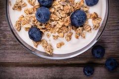 Yoghurt med granola och blåbär royaltyfri foto