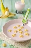 Yoghurt med havrestjärnor royaltyfria foton