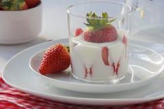 Yoghurt med jordgubbar Royaltyfri Bild
