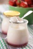 Yoghurt med jordgubbedriftstopp royaltyfria bilder