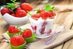 Yoghurt med jordgubben arkivfoton