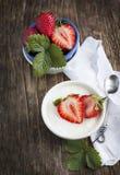 Yoghurt med jordgubben i liten bunke Arkivfoto