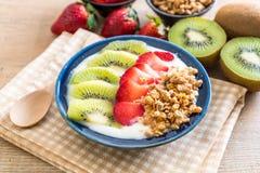 yoghurt med jordgubben, kiwin och granola Arkivfoto
