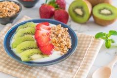 yoghurt med jordgubben, kiwin och granola Royaltyfri Foto