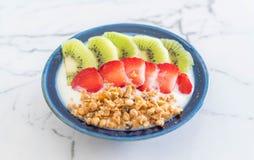 yoghurt med jordgubben, kiwin och granola Fotografering för Bildbyråer