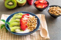 yoghurt med jordgubben, kiwin och granola Arkivfoton
