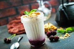 Yoghurt med kakan royaltyfria foton