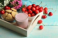 Yoghurt med körsbäret Royaltyfria Bilder