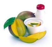 Yoghurt med mango och stycken royaltyfria bilder