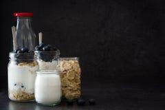 Yoghurt med nya blåbär och sädesslag arkivfoton