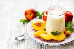 Yoghurt med nya nektariner arkivfoton