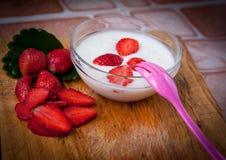 Yoghurt med nya organiska jordgubbar Royaltyfri Fotografi