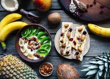 Yoghurt med olika frukter på en träbakgrund Användbar mat, bantar, organiskt Arkivfoton