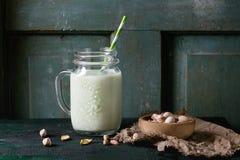 Yoghurt med pistascher arkivfoton