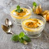 Yoghurt med trapicheskimfrukt, passionfruit och vinterkörsbär I Arkivbilder