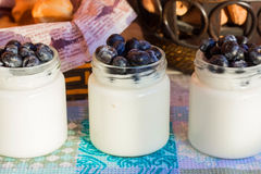 Yoghurt med ygodoy i glass krus 90 grad sikt Arkivbilder