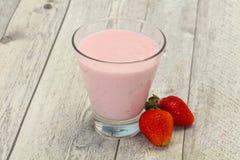 Yoghurt met aardbei in de kom stock foto