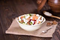 Yoghurt met aardbei, wortel, komkommer en okkernoot Stock Afbeelding