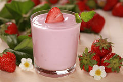 Yoghurt met Aardbeien Royalty-vrije Stock Foto's