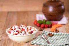 Yoghurt met aardbeien, wortelen, okkernoten stock afbeelding
