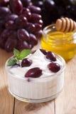 Yoghurt met druiven Royalty-vrije Stock Afbeeldingen