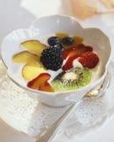 Yoghurt met fruit Stock Afbeeldingen