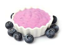 Yoghurt met geïsoleerde bes royalty-vrije stock afbeelding